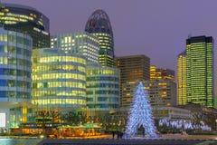 Árbol de navidad entre los rascacielos de la defensa del La, París, Francia Imágenes de archivo libres de regalías