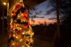 Árbol de navidad falso y puesta del sol Fotos de archivo libres de regalías