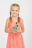 Árbol de navidad feliz de la muchacha hecho de la cartulina Foto de archivo libre de regalías