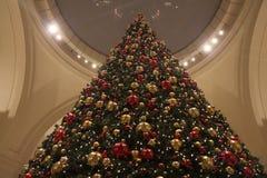 Árbol de navidad gigante con los ornamentos fotos de archivo