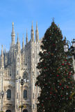 Árbol de navidad grande delante de la catedral de Milano en Italia Imagenes de archivo
