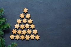Árbol de navidad hecho con las galletas formadas estrellas fotografía de archivo libre de regalías