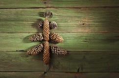 Árbol de navidad hecho de conos de abeto Fotografía de archivo