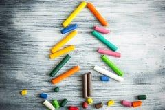 Árbol de navidad hecho de creyones Imagen de archivo libre de regalías