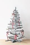 Árbol de navidad hecho de las ramas de madera adornadas con el bastón de caramelo Foto de archivo
