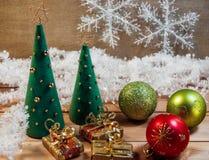 Árbol de navidad hecho del fieltro con los juguetes Imagen de archivo libre de regalías