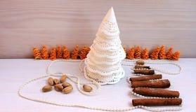 Árbol de navidad hecho del papel, canela, composición del Año Nuevo del pistacho Imagen de archivo libre de regalías