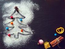 Árbol de navidad hecho de la harina en el negro en fondo del tablero de la comida de la pizarra con las estrellas del badonia y l Imagenes de archivo