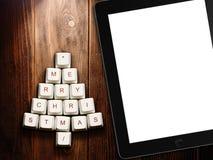 Árbol de navidad hecho de llaves y de la tableta de ordenador en fondo de madera Imagenes de archivo
