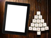 Árbol de navidad hecho de llaves y de la tableta de ordenador en fondo de madera Foto de archivo