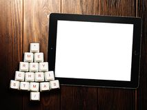 Árbol de navidad hecho de llaves y de la tableta de ordenador en fondo de madera Imágenes de archivo libres de regalías