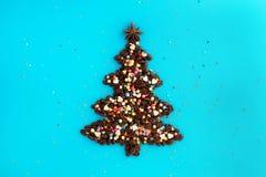 Árbol de navidad hecho de los granos de café y de la aspersión culinaria adornada del estrella del anís y multicolora en un fondo fotografía de archivo