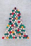 Árbol de navidad hecho a mano hecho de corcho del vino en fondo de la harpillera Imagenes de archivo