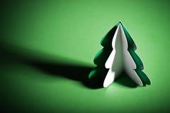 Árbol de navidad hecho a mano cortado del papel Imagenes de archivo