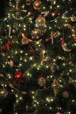 Árbol de navidad hermoso cubierto con los ornamentos brillantes y coloridos del día de fiesta fotografía de archivo libre de regalías