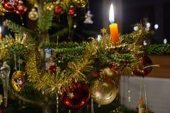 Árbol de navidad idílico adornado - primer Imagen de archivo