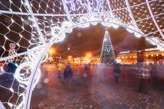Árbol de navidad, iluminaciones y decoraciones en la ciudad Oktyabrska Imagen de archivo