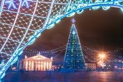 Árbol de navidad, iluminaciones y decoraciones en plaza adentro Imagen de archivo libre de regalías