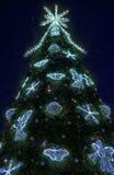 Árbol de navidad iluminado en el cuadrado de la catedral Fotos de archivo libres de regalías