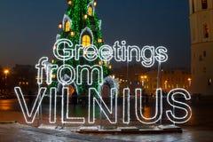 Árbol de navidad iluminado en la ciudad vieja de Vilna, Lituania, invierno 2015-2016 Imágenes de archivo libres de regalías