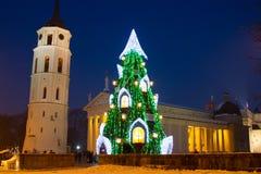 Árbol de navidad iluminado en la ciudad vieja de Vilna, Lituania, invierno 2015-2016 Fotos de archivo libres de regalías