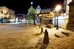 Árbol de navidad iluminado en Megeve Foto de archivo