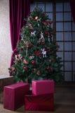 Árbol de navidad integral y cajas de regalo Fotografía de archivo libre de regalías