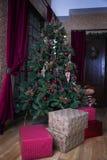 Árbol de navidad integral y cajas de regalo Imagenes de archivo