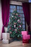 Árbol de navidad integral y cajas de regalo Imágenes de archivo libres de regalías