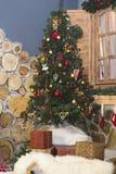 Árbol de navidad integral y cajas de regalo Fotos de archivo libres de regalías