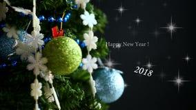 Árbol de navidad, juguetes y enhorabuena almacen de metraje de vídeo