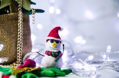 Árbol de navidad de la arcilla con el espacio de la copia, fondo de la Navidad con la decoración festiva con la luz llevada Imagen de archivo