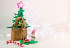 Árbol de navidad de la arcilla en bolso cerca del espacio del área, fondo de la Navidad con la decoración festiva con la luz llev Foto de archivo libre de regalías