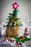 Árbol de navidad de la arcilla en el bolso del saco, fondo de la Navidad con la decoración festiva Imagen de archivo