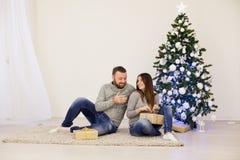 Árbol de navidad de la Navidad del marido y de la esposa con los regalos foto de archivo