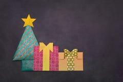 Árbol de navidad de la papiroflexia con las cajas de regalo Imagenes de archivo
