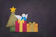 Árbol de navidad de la papiroflexia con las cajas y ángel de regalo Foto de archivo