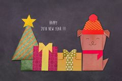 Árbol de navidad de la papiroflexia con las cajas y el perro de regalo Fotos de archivo libres de regalías