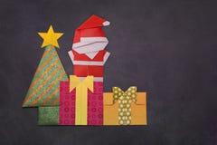Árbol de navidad de la papiroflexia con las cajas y Santa Claus de regalo Fotografía de archivo libre de regalías