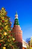 Árbol de navidad de la postal en el fondo de la torre del Kremlin imagen de archivo