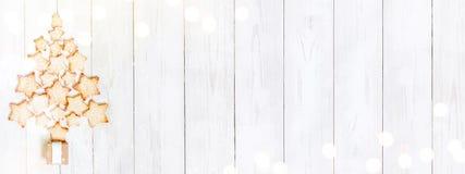 Árbol de navidad de la torta dulce en la tabla de madera blanca imagen de archivo libre de regalías