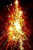 Árbol de navidad ligero de oro abstracto en fondo rojo fotografía de archivo libre de regalías