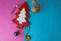 Árbol de navidad lindo hecho en casa de madera y un juguete redondo del árbol de navidad, una bola de la Navidad del invierno del foto de archivo libre de regalías