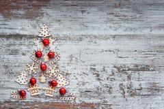 Árbol de navidad de los pequeños juguetes de madera, símbolos del Año Nuevo Ne Fotografía de archivo libre de regalías