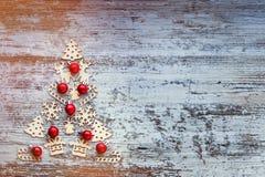Árbol de navidad de los pequeños juguetes de madera, símbolos del Año Nuevo Ne Fotografía de archivo