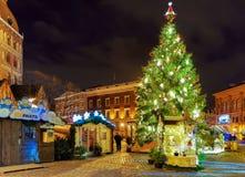 Árbol de navidad luminoso en el cuadrado de la bóveda en Riga Letonia Imagen de archivo libre de regalías