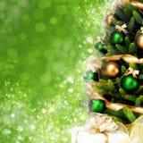 Árbol de navidad mágico adornado con las bolas, las cintas y las guirnaldas de oro en un fondo brillante verde borroso Fotos de archivo libres de regalías