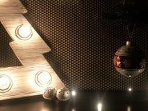 Árbol de navidad de madera con las lámparas Juguetes de la Navidad en la tabla y en el árbol de navidad foto de archivo