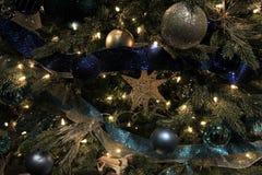 Árbol de navidad magnífico del pino con las decoraciones azules Foto de archivo