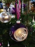 Árbol de navidad maravillosamente adornado en la noche fotografía de archivo libre de regalías